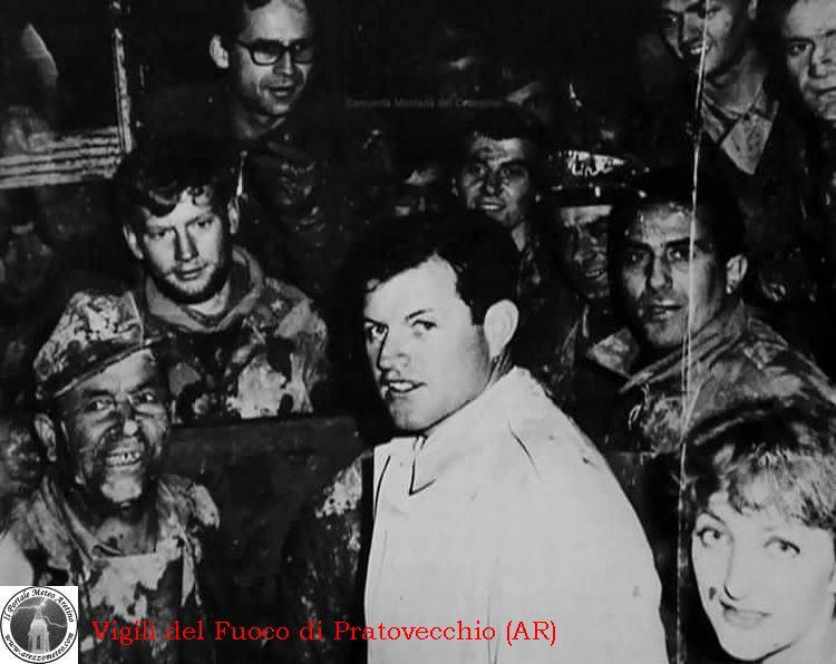 firenze-alluvione-novembre-1966-ted-kennedy